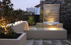 mooi verlicht waterelement in kleine tuin