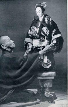 狐忠信の人形をみる吉田栄三 こうしてみると人形もかなりな背丈、重さも「三貫目はある」のだそうで、重いものは鎧、兜をつけ「五貫目」もあるのだそうです。(1貫=3・75キロ)