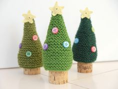 Make your own Christmas decorations according to your wishes. With this knitting pattern you can con Christmas Tree Decorations, Christmas Ornaments, Wine Bottle Covers, Easter Tree, Crochet Toys, Wedding Centerpieces, Make Your Own, Knitting Patterns, Xmas