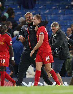 Manažér Liverpoolu Jürgen Klopp sa Jordan Henderson na konci stretnutia futbalovej Premier League medzi Chelsea a Liverpool na Stamford Bridge v Londýne 16. septembra 2016.