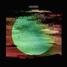 LNZNDRF eine Supergroup zu nennen, wäre vielleicht etwas zu viel des Guten. Rein faktisch haben sich hier ein paar Musiker von The National und u.a. Beirut zusammen getan, um ein Album zu kreieren, das nicht so wirklich in eine Schublade passen will und einen dennoch, oder gerade deswegen, fesselt.  http://whitetapes.com/album-rezensionen/lnzndrf-lnzndrf-st