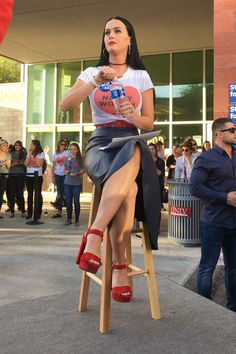 Katy Perry – Wears T-Shirt That Reads Nasty Woman at Hillary Clinton Rally in Las Vegas Katy Perry Legs, Katy Perry Hot, Disfraz Katy Perry, Kati Perri, Katy Perry Pictures, Pop Singers, White Girls, American Singers, Pretty Woman