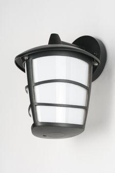 Artikel 10178 Erg mooie en sfeervolle buitenlamp voor aan de muur. Hangende versie van deze modern klassieke lantaarn. Bestaat uit mat zwart metaal, met een kunststof binnenkap. Vervangbare led lamp meegeleverd. Prachtige en complete buitenlantaarn voor een heel zacht prijsje! Afdichtingsklasse: IP44 Inclusief: 1x 7 watt GX53 230V led lamp. http://www.rietveldlicht.nl/artikel/wandlamp-10178-kunststof-metaal-zwart-mat