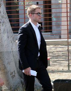 Robert Pattinson segue trabalhando em Maps to the Stars! O ator foi a Toronto no mês passado gravar algumas cenas e foi fotografado nesse final de semana fazendo mais algumas tomadas. Rob foi novamente visto hoje, desta vez em Beverly Hills, em cena