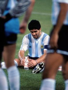 Argentina's Diego Maradona waits for the start of extra time - FIFA World Cup Italia 90 - Semi Final - Italy v Argentina - Stadio San Paolo, Naples. Retro Pictures, Sports Pictures, Retro Pics, Soccer Cup, Soccer Fifa, Neymar, Messi, History Of Soccer, Diego Armando