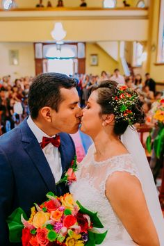 10 tips para obtener las mejores fotos de su primer beso como esposos. #Matrimoniocompe #Organizaciondebodas #Matrimonio #Novios  #TipsNupciales #CaminoAlAltar #MatriPeru #BodaPeru #PrimerBesoDeCasados #Pareja #Romantico #Amor #Beso #ReciénCasados #FirstKiss Wedding Dresses, Fashion, Amor, Couple, Just Married, First Kiss, Kisses, Couples, Grooms