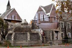 Mike Hewson ha intervenido en instalaciones a gran escala en edificios de la ciudad Christchurch, Nueva Zelanda.