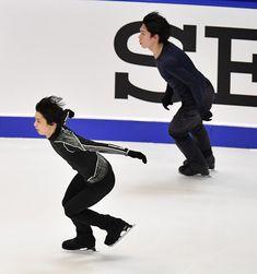 【NHK杯フィギュア前日練習】 GPファイナル進出をかけたNHK杯を翌日に控え、練習する羽生結弦(左手前)。右奥は田中刑事=真駒内セキスイハイムアイスアリーナで2016年11月24日、宮間俊樹撮影