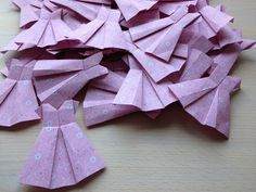Bellas bedrifter: Lyserøde papirkjoler...
