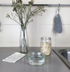 Comment faire un spray démélant sans rincage maison How to make a disinfect Natural Disinfectant, Diy Beauté, Marie Claire, Homemade Cosmetics, Green Life, Body Care, Lotion, Diy And Crafts, Glass Vase