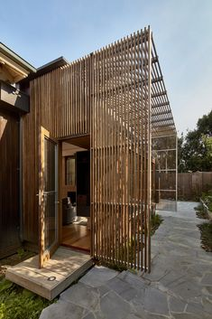Wooden Screens Shade This Sustainable Melbourne Residence #melbourne #australia #hometour #renovation #modernhome #indooroutdoor #exterior