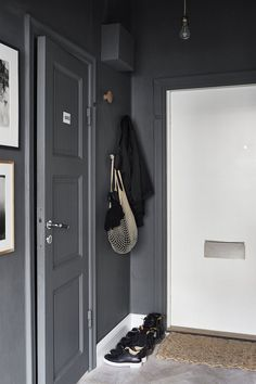 Tiny Studio Apartment With Big Style - Gravity Home Entry Stairs, Entry Hallway, Hallway Inspiration, Decoration Inspiration, Dark Grey Hallway, Decoration Hall, Tiny Studio Apartments, Ideas Prácticas, Dark Walls