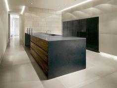 Fliesen in Betonoptik im XXL Format. Luxus Küche Beton Look Arbeitsplatte mit Holz kombiniert. #Küche #Fliesen