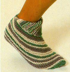 Mönster på ett par lättstickade men randiga sockor. Fingerless Gloves, Arm Warmers, Mittens, Loom, Knit Crochet, Diy And Crafts, Arms, Beads, Sewing