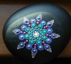 Türkis und lila Mandala Stein mit zwei Schichten von löslichen Mattlack beschichtet
