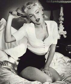 pin up art posed marilyn monroe Marilyn Monroe Kunst, Style Marilyn Monroe, Marilyn Monroe Wallpaper, Marylin Monroe Body, Marilyn Monroe Outfits, Marilyn Monroe Decor, Marilyn Monroe Makeup, Marilyn Monroe Painting, Norma Jean Marilyn Monroe