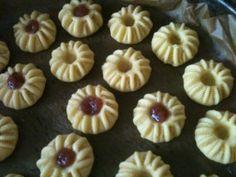 J'ai trouver la recette de ses petits délices sur le site: cuisinedeoumotalal.com , ses gâteaux sont très fondants et surtout très facile a faire, je vous fait un copier-coller de la recette, je n'ai rien changer a part j'ai utiliser la confiture de fraise... Jam Cookies, Raisin Cookies, Almond Cookies, Biscuit Cookies, French Macaroon Recipes, French Macaroons, Macarons, Food Network Recipes, Cooking Recipes