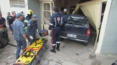 Motorista perde controle de carro e invade garagem em Passos, MG +http://brml.co/1Pk32sA