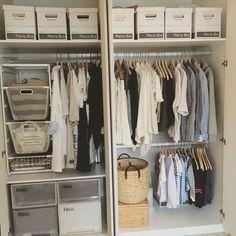 写真左側には、衣類をかける棒が2本ついているので2倍の量をかけられます。奥行きのあるクローゼットをお持ちの方は、突っ張り棒2本で真似してみては?引き出し式のメッシュボックスにはバックを収納。これなら奥のものも取り出しやすく使いやすそうですね。 右側の下には、お子さんの服かけるための棒が!自分で収納出来る高さにしてあげると、小さいうちから片付け上手の習慣がつきますね♪
