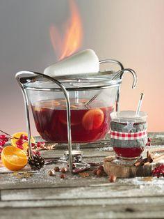 """""""Jäder nor einen wenzigen Schlock!"""" – das berühmte Heißgetränk mit Rum, Rotwein und Gewürzen für ein gelungenes Event. #Punsch #Feuerzangenbowle #Rum #Rotwein #Gewürze #Rezept #DiamantZucker"""