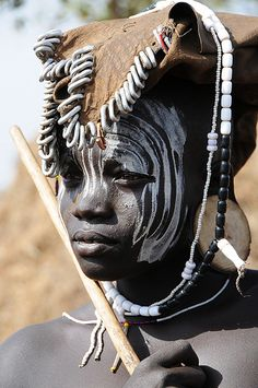 Mursi people of the Omo Valley in southern Ethiopia perform their ancient tradition of temporary body decoration on themselves and each other a few times each day. African Tribes, African Women, We Are The World, People Around The World, Population Du Monde, Kreative Portraits, Tribal Face, Arte Tribal, Tribal People