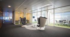 Área de circulação nos escritórios da Unit4 em Lisboa, Portugal