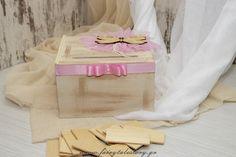3001 ξύλινο ευχολόγιο με θέμα την πεταλούδα Φτιαγμένο από ξύλο MDF βαμμένο με την τεχνική της παλαίωσης στις αποχρώσεις του εκρού. Διακοσμημένο με μαλακό ροζ τούλι, ροζ πουά κορδέλα, σειρά από περλίτσες και μία μοναδική ξύλινη πεταλούδα που κλέβει την παράσταση! Συνοδεύεται από 25 ξύλινα ταμπελάκια για τις ευχές από ξύλο σημύδας. Αν χρειάζεστε περισσότερα παρακαλώ επικοινωνήστε μαζί μας!