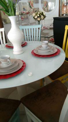 Mesas redondas dão um toque especial à casa. Essa mesa é estilo saarinen ou tulipe. Estilo criado em 1950 pelo arquiteto finlandês Eero Saarinen que tem sido muito utilizado atualmente. Utilizada com cadeiras diferentes ou em cores diversas a mesa saarinen torna o ambiente super moderno. Loja Marchi, Jaguaquara/BA.