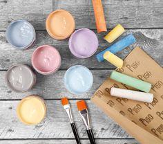Vesipohjaisilla Chalky Vintage Look -maaleilla saat kauniin silkkimatta pinnan. Tee ihania sisustusesineitä tai uudista vanhoja huonekaluja. Maalit sopivat huokoisille pinnoille kuten puulle, keramiikalle ja kartongille sekä myös lakatulle puupinnalle ja jopa lasille. Viimeistellään hiomalla kuivunutta maalipintaa hiomapaperilla. Chalky-vaha antaa kosteudelta suojaavan pinnan.