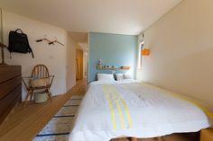 ベッドルームは北欧風の落ち着ける空間。鎮静作用のあるブルーグレーの塗装を、関本氏はムーミン色と呼んでいる。