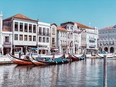 Aveiro in Portugal: Sehenswürdigkeiten & Highlights ⋆ Child & Compass Algarve, Highlights, Beautiful Places, Boat, Children, Compass, Travel Ideas, Lakes, Porto