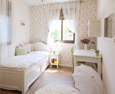 התחילו את תכנון  החדר בבחירת הצבעים האהובים על הילדה שיהיו עד שלושה גוונים כדי לא להפוך את החדר לקרקס. מהנסיון שלי עם ילדות רובן בוחרות בגווני הורוד וסגול. בהתאם לצבעים שבחרתם, שלבו את האלמנטים והריהוט בחדר, ואל תחסכו בפרטי טקסטיל שמשווים לחלל מראה חם. למשל, שטיחים, וילונות, כריות נוי על המיטה כיסויים ועוד, ככל שתרצו…