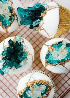 Lemon berry cupcakes with vanilla Swiss meringue buttercream and fondant, decora. Lemon berry cupcakes with vanilla Swiss meringue buttercream and fondant, decora. Bolo Geode, Geode Cake, Berry Cupcakes, Vanille Cupcakes, Green Cupcakes, Cupcakes For Boys, Beautiful Cakes, Amazing Cakes, Crystal Cake
