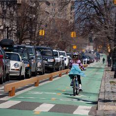 rough and ready balk als afscheiding fietspad. Bike Path Barrier. StreetLife