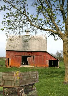 Old country barn . reminds me SO MUCH of our barn and the Stiners' next door! Looks alot like the old Barn on the farm in Nebraska Country Barns, Country Life, Country Living, Country Roads, Country Charm, Barn Pictures, Old Wagons, Barns Sheds, Farm Photo
