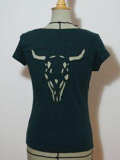 Chic motif Cut-Outs Diy Cut Shirts, Old Shirts, T Shirt Diy, Diy Cutout Shirt, Cutout Shirts, T Shirt Reconstruction, Cut Up T Shirt, Diy Fashion, Fashion Hacks