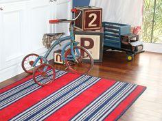 A blue wall, a colorful carpet, wood floor and antique toys that bring a touch vintage and fun!//  //Una pared azul, una alfombra colorida, piso de madera y juguetes antiguos que aportan un toque vintage y divertido! //