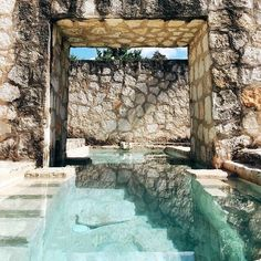 Stone Walls & Crystal Clear Personal Pool in Coqui Coqui Coba // via anitayung Outdoor Pool, Outdoor Spaces, Outdoor Living, Pool Backyard, Indoor Outdoor, Design Exterior, Interior And Exterior, Beautiful Pools, Beautiful Places
