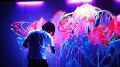 Adepto da Live Painting, artista japonês Houxo Que constrói flores interagindo-as com luz negra e cria belas instalações