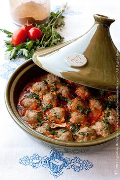 Kofta Tajine (spiced Meatballs with Ra's el-hanout) (in Dutch) 500 gr lamsgehakt 2 uien, fijngesneden 2 teentjes knoflook 4 vleestomaten Tajin Recipes, Meat Recipes, Indian Food Recipes, Cooking Recipes, Healthy Recipes, Ethnic Recipes, Tagine Cooking, Moroccan Dishes, Spicy Meatballs