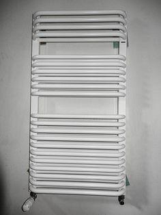 grzejniki (panelowy w pokojach), w łazience (rurkowy)
