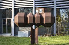 #Kiel Ein Kunstwerk, geometrisch konstruiert und mathematisch exakt, steht zwischen den Universitätsbauten. Dem Künsteler ging es um Verbindung von Formen der Natur und mathematischen Formeln.So gelangt...