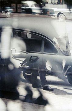 Saul Leiter, Untitled (street scene with cars) 1950