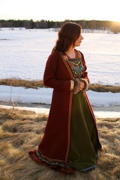 Beautiful Viking Coat - blog is in Swedish so get it translated through google - she did this as an experiment but I think it turned out neat, she mentions how she ended up taking the fur edge on the cuffs off since it would always get into stuff, good thing to note!