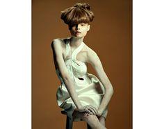 La mariée dans vogue paris Magdalena Frackowiak photographiée par Mark Segal pour la série beauté Forte Amplitude du numéro de mars 2007 de ...