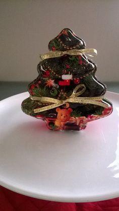 Caixa plástica em forma de arvore de Natal com 3 pães de mel, com recheio a escolher. Acompanha saco de celofane, fita e tag de Natal. Recheio dos pães de mel: doce de leite, brigadeiro ou nozes. R$ 19,00