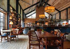 En este restaurante podemos apreciar una decoración diferente, donde el tapizado de las sillas son de color azul, esto hace que el espacio tan grande y la existencia de pocos y sencillos muebles pasen desapercibidos con el contraste de la tapicería.