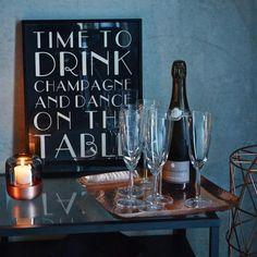 "Kupfertablett mit Getränken und Poster ""Time to drink champagne and dance on the table"""