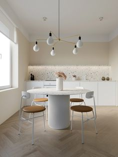 Coffee colour decor mixed into cream interiors. Modern home ideas, including a textured feature wall, a kitchen with a unique fish tank, and terrazzo coatings. Apartment Interior Design, Home Interior, Kitchen Interior, Interior Architecture, Kitchen Design, Interior Paint, Minimalist Dining Room, Minimalist Decor, Minimalist Kitchen