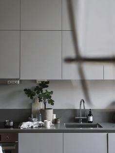 35 Attractive Small Kitchen Concepts 2019 (For Minimalist Home) - Greige Kitchen, Kitchen Inspirations, Kitchen Models, White Kitchen Cupboards, Kitchen Remodel, Kitchen Decor, Kitchen Furniture Design, Home Kitchens, Modern Kitchen Interiors